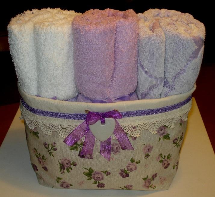 Cesto in tessuto decorato con nastro e cuoricino in fimo.
