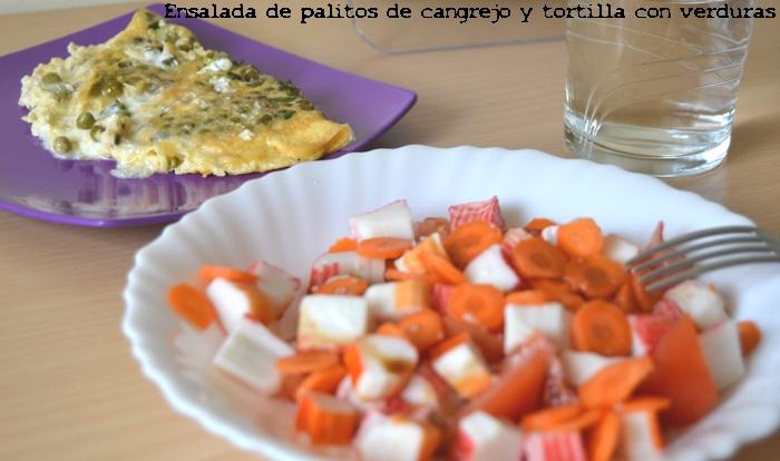 Dieta. Comida Ensalada de palitos de cangrejo y tortilla con verduras