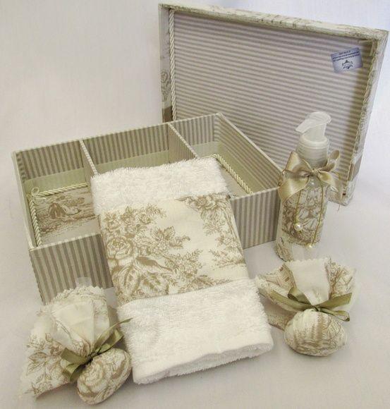Caixa de madeira forrada de tecido, com sabonete líquido, 2 saches e toalha com tecido aplicado.    Temos outras opções de tecidos. R$ 78,00