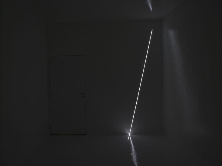 Haroon Mirza, Pavilion for Optimisation, 2013  Chambre de réverbération, poubelle en plastique, LED, haut-parleurs, ampoules, circuit imprimé, eau, pompe à eau, micro, pommeau de douche  Courtesy Lisson Gallery, Londres, ©Marc Domage