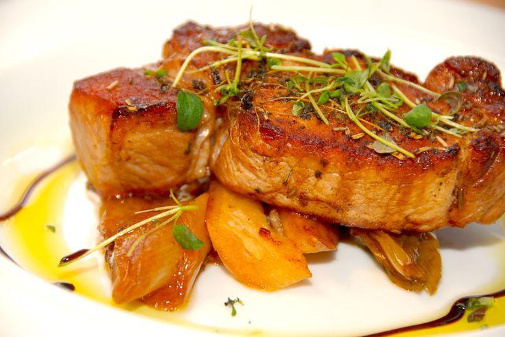 Sådan laver du langtidsstegt gris i ovnen. Store og marmorerede svinekoteletter, der bages med porre og persillerødder. Til langtidsstegt gris til fire personer skal du bruge: 2 store svinekotelett…