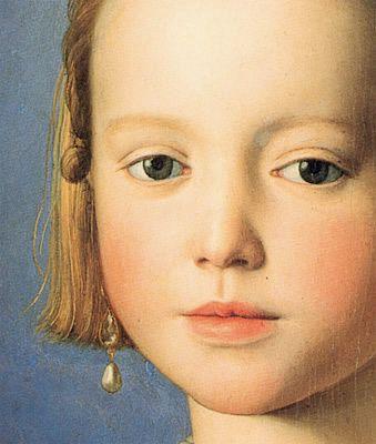 Portrait de Bia de Médicis, détail, 1540-1550, Bronzino, (Florence, Musée des Offices, Tribune). Ce tableau sur bois de dimension réduite est exposé dans la Tribune des Offices avec les autres portraits des enfants de Cosme. Il représente l'enfant portant au cou un médaillon avec le profil du père encore jeune.