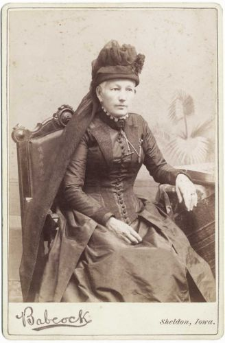 CABINET-PHOTOGRAPHS-LADY-IN-FANCY-MOURNING-BLACK-DRESS-HAT-COLLAR-SHELDON-IOWA