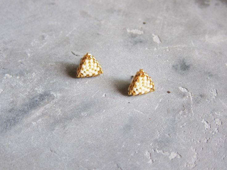 Pendientes triángulo de miyuki color crema y por georecortables // Miyuki triangle earrings in cream and gold