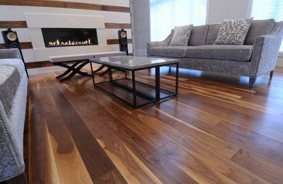 Plancher en bois, escalier en bois, revêtement extérieur et ...