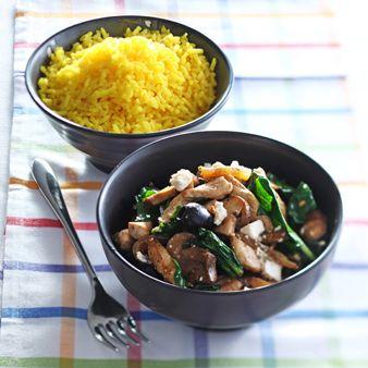 Recept Rijst met kip, spinazie en feta uit de categorie Hoofdgerechten. Kook de rijst volgens de aanwijzingen op de verpakking.Fruit de gesnipperde ui in een hapjespan. Bestrooi de kipfilet met peper en zout en voeg toe aan de ui.Snijd de champignons in plakjes en voeg ze