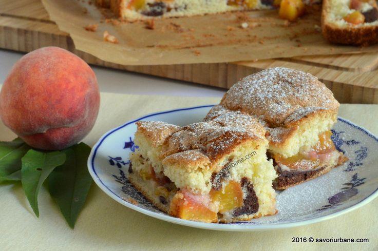 Prajitura pufoasa cu nectarine sau piersici. O prajitura simpla cu fructe, cu doua feluri de pandispan: cu vanilie si cu cacao. Cacaoa ii da o aroma aparte