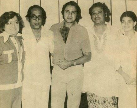 Bappi Lahiri, Vinod Mehra, Kishore Kumar and Sarika. The personality standing next to Bappi Lahiri is unidentified.