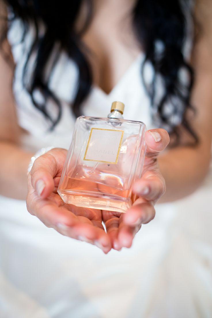 trouwen, trouwreportage, bruiloft, voorbereiding, parfum, bruid, berg en dal