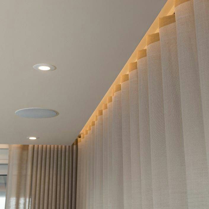 الطريقة الأفضل لتعليق الستائر هي هايه رأس الستارة يكون مخفي تحت الجبسوم بورد و نهلي اضائة House Ceiling Design Ceiling Design Living Room Ceiling Design Modern
