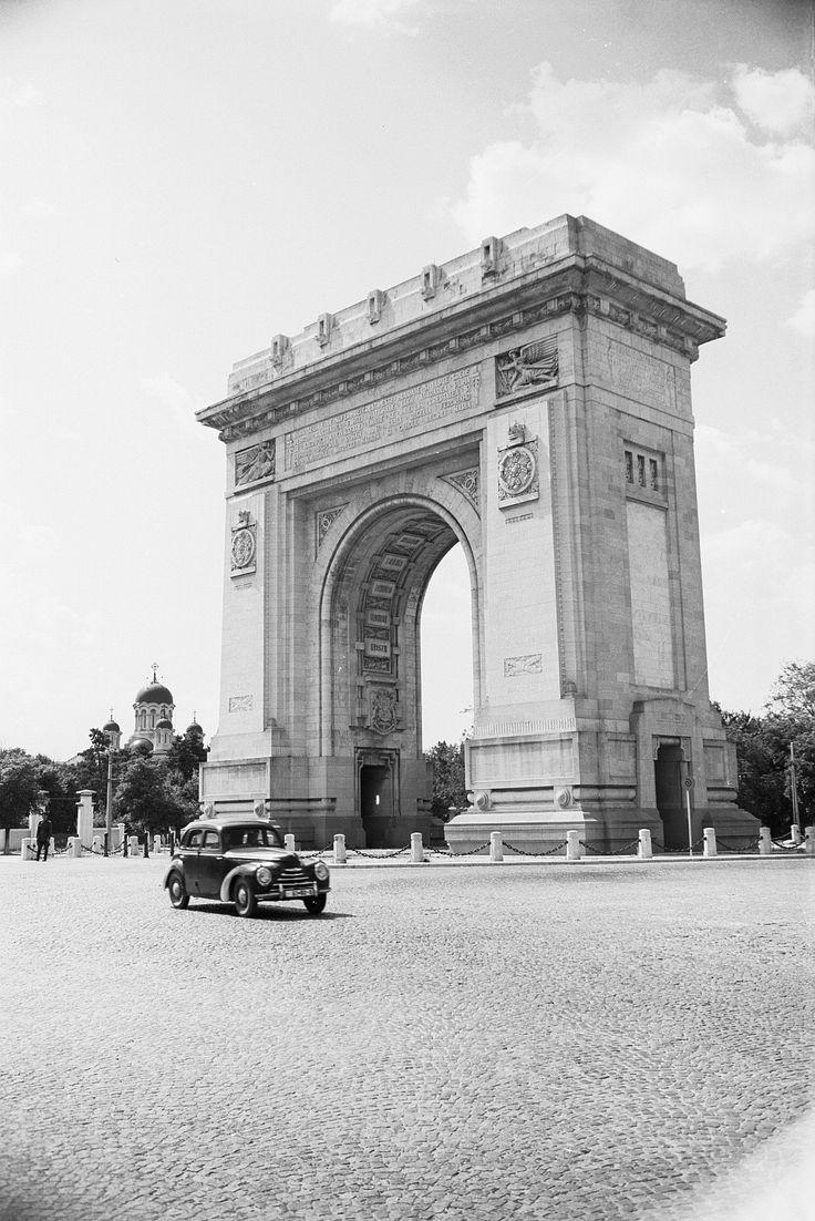 Arcul de Triumf, 1956  Arcul de Triumf, în mijlocul pieței pavată cu piatră cubică. Zona Kiseleff își menținea farmecul chiar și sub regimul comunist. Arcul în sine, inaugurat în 1930 de Regele Carol al II-lea, simboliza lupta românilor pentru a construi România Mare, ideal realizat în 1918.