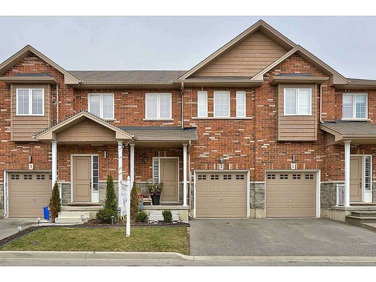 Spectacular Town in Stoney Creek! Spectacular 3 bedroom, 2