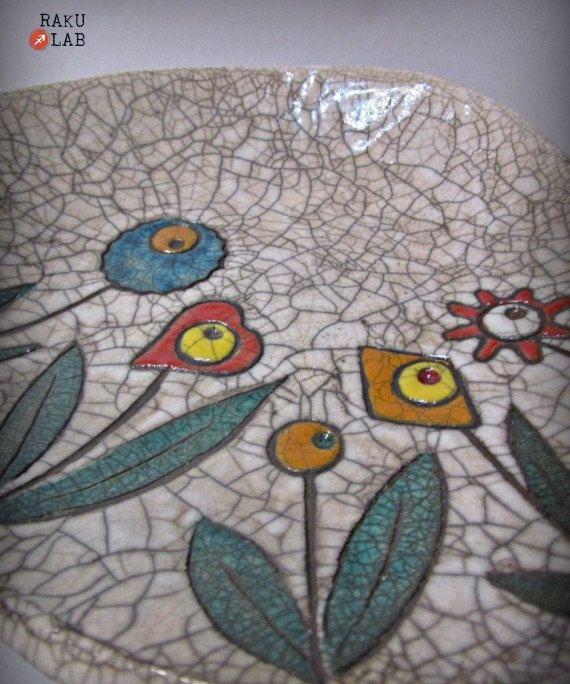 Centrotavola/ciotola in ceramica raku - Fatto a mano - Pezzo unico.  Linea Flower con design floreale allinterno. Questo piatto è realizzato a mano con