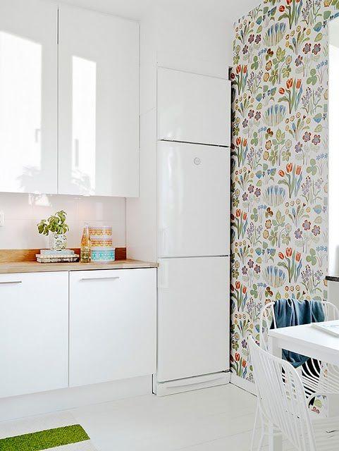 Hoy os traigo un post con cocinas decoradas con papel pintado. No es un habitual revestimiento para las paredes de la cocina, pero a mi personalmente me gusta el toque acogedor que se le da a la es…