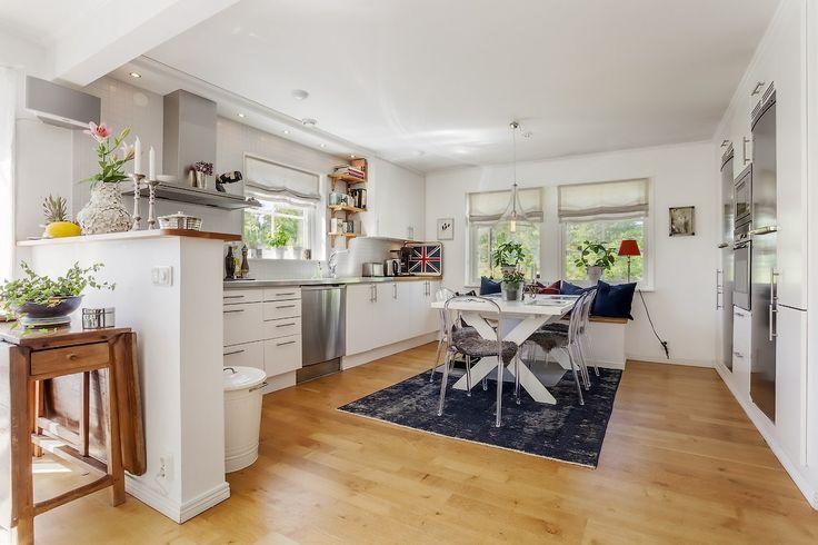Vintagematta och transparenta Labradoren plaststolar. Kök, köksstol, stol, plast, polykarbonat, vintage, matta, inredning, möbler, villa. http://sweef.se/