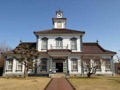 山形県鶴岡市にある致道博物館は山形県内の貴重な歴史的建造物を保存公開している博物館です かぶとづくりと呼ばれる温かみのあるかやぶき屋根が目印の旧渋谷家住宅や所々にルネサンス様式を取り入れたレトロなつくりが珍しい旧鶴岡警察署など建築文化の変遷を感じさせる建物が軒を連ねます また511月の間は三余室でお茶会も楽しめます 名勝酒井氏庭園の眺めながらの一服は心やすらぐひと時となるはず tags[山形県]