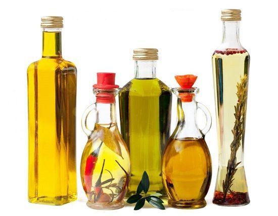 Uleiurile în alimentaţie     În România uleiul cel mai des folosit provine din semințele de floarea-soarelui. În paginile anterioare am arătat efectele acidului linolic care reprezintă 70% din acizii grași conținuți în acest ulei. Există însă multe posibilități de a obține o masă gustoasă fără uleiuri rafinate a căror utilizare se recomandă a fi redusă la minimum.   Trebuie să ne obișnuim să consumăm grăsimile în forma lor naturală adecvată necesităților organismului pentru a nu dezechilibra…