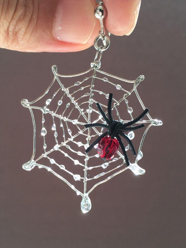 雨上がりの蜘蛛の巣をイメージして、ステンレスワイヤーで作った蜘蛛の巣にレジンで雨粒をつけてみました。光に透かすとキラキラします。ハロウィンの仮装の1つにいかがでしょうか?片耳用です。素人の手作りのため、ペンチ跡や歪み、細かなホコリの付着などあります。ご理...