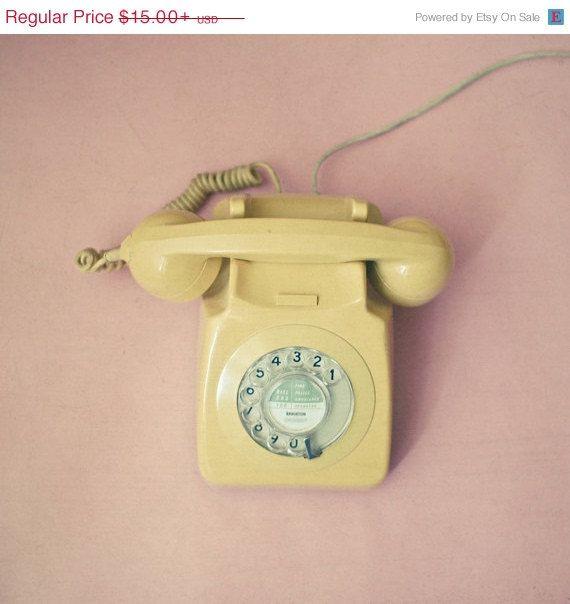 Verkauf 25 % OFF Hello - Still Life Fotografie, Vintage-Stil, Wählscheiben-Telefon, Pastell Rosa und senfgelb, mad Men, feminine Wand Dekor
