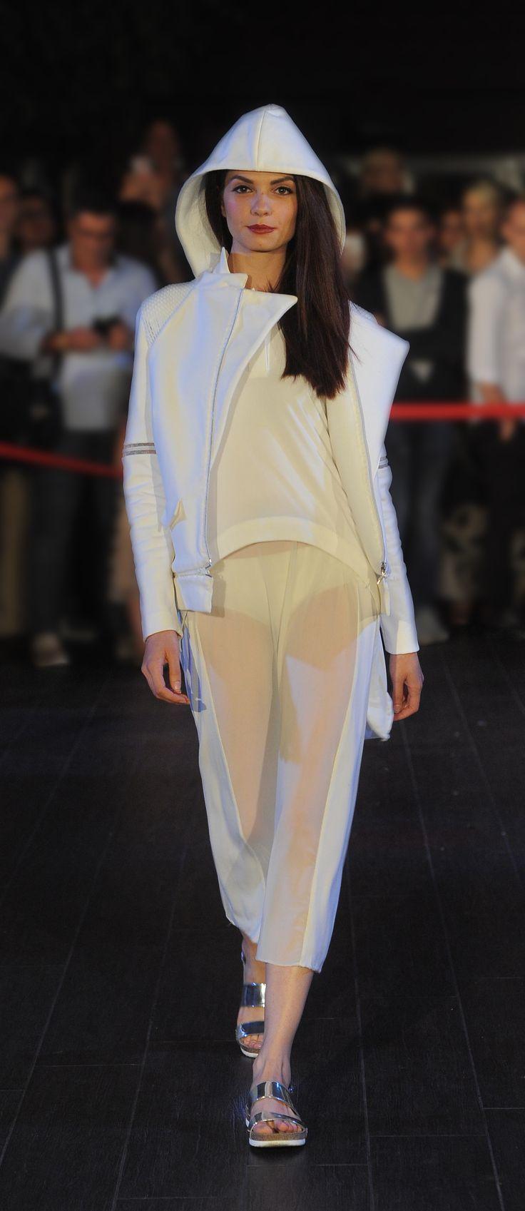 FASHION SHOW 2015 Istituto di Moda Burgo - INDONESIA www.imb.it  Abito realizzato da Josephine Wangge, Stilista di Moda Creation of Josephine Wangge, Fashion Stylist