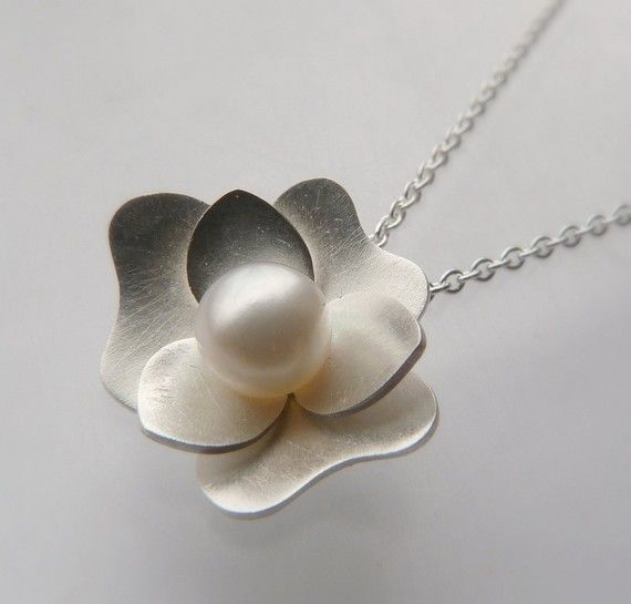 Gardenia pendant necklace. So pretty...my mom would love this :)