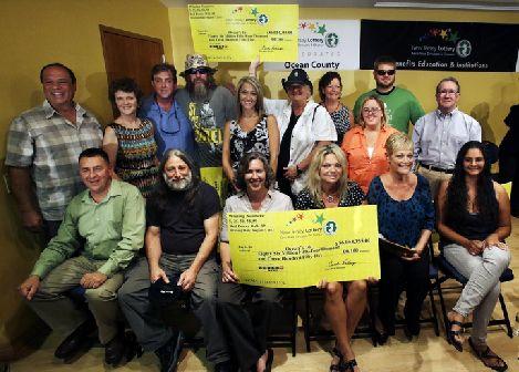 16 pracowników z garażu napraw Ocean County w New Jersey posiadało jeden z trzech zwycięskich losów gigantycznego losowania US Powerball z 7 sierpnia 2013, o $448 milionów. 9 kobiet i 7 mężczyzn, którzy pracują w dziale konserwacji, zgarnęli razem $86 milionów dolarów. Każdy z nich otrzyma więc po około $3,8 mln, po podatkach.