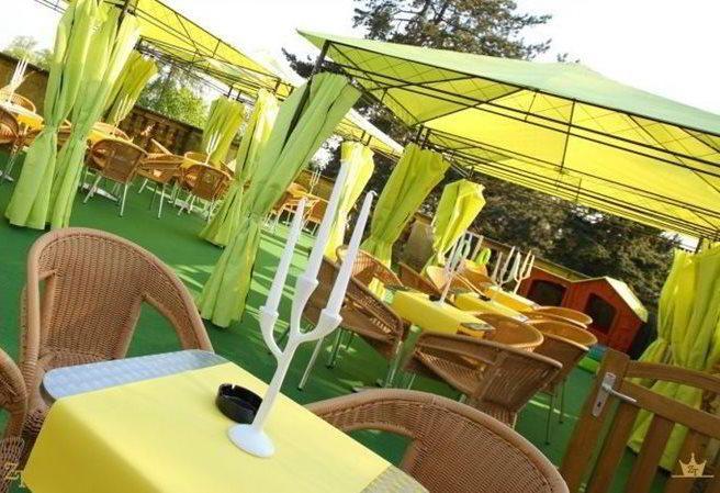 Kudy z nudy - Restaurace na terase zámku Karlova Koruna