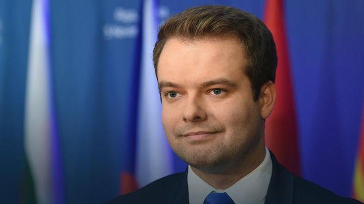Komisja Europejska podjęła dziś decyzję o przesłaniu do Polski dodatkowych rekomendacji w związku z niewypełnieniem przez władze w Warszawie dotychczasowych wskazań dotyczących rozwiązania kryzysu wokół Trybunału Konstytucyjnego. Polska będzie miała dwa miesiące na odpowiedź na pismo przesłane jej z KE. Wiceszef KE Frans Timmermans zapewnił, że Komisja nie porzuci tej sprawy i będzie wykorzystywała wszelkie możliwe instrumenty, by rozwiązać....