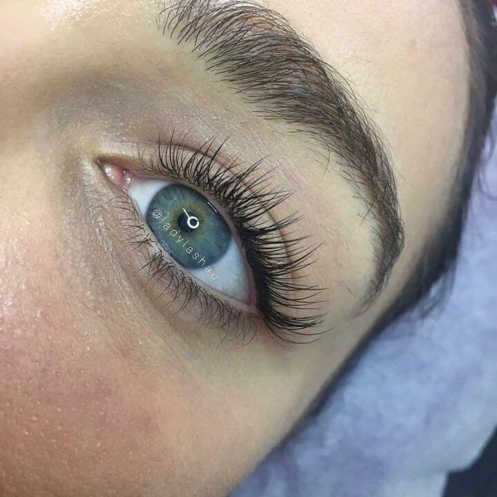 Schlichte klassische Betäubung – diese wunderschönen Wimpern von Leonie