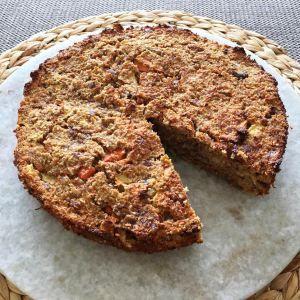 GEZONDE TAART: Heerlijke kruidige taart van wortelen, banaan, appels en dadels