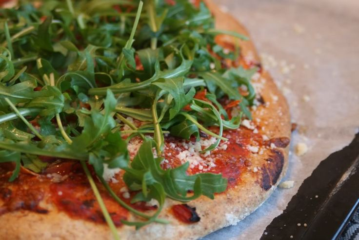 Fuldkornspizza med spinat, nødder og mozarella   Smagsløjer