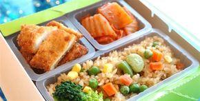 Cardápio saudável e nutritivo   Veja como montar sua marmita a cada dia da semana:   Segunda-feira – ½ prato de salada – 3 colheres (sopa) de arroz integral com vagem – ½ concha de feijão – 1 porção de picadinho com abóbora – 1 fatia de melão   Terça-feira – ½ prato de salada – 1 batata cozida – 1 posta de salmão grelhado – 1 colher (sopa) de espinafre refogado – 1 fatia de abacaxi   Quarta-feira – ½ prato de salada – 3 colheres (sopa) de arroz com brócolis ,,,