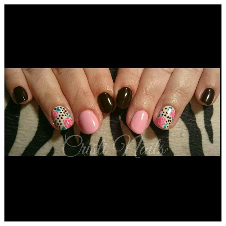 Nails marrón y rosa con flores
