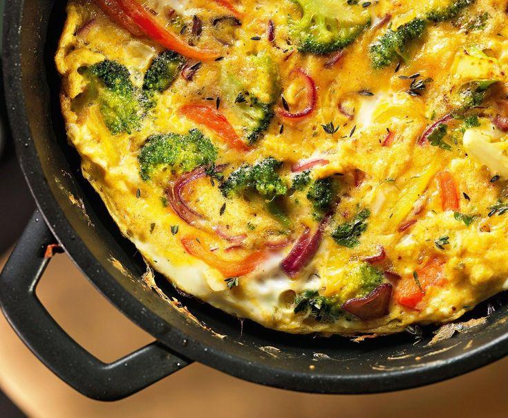 Испанская тортилья (омлет) - Kurkuma project (Проект Куркума) Не следует путать с тортильей — тонкой лепёшкой из кукурузной или пшеничной муки. Испанская торти́лья (картофельная тортилья) — омлет на оливковом масле из куриных яиц с картофелем и репчатым луком. Наряду с паэльей и гаспачо является одним из наиболее узнаваемых блюд испанской кухни. Часто подаётся на завтрак. В испанских барах тортилья, сервированная в бутерброде, предлагается в качестве закуски.