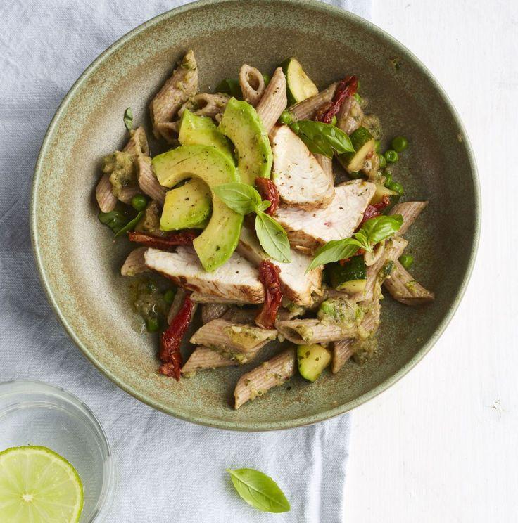 Gezonder met Viv: Pasta met groene groentesaus, kalkoenfilet en avocado
