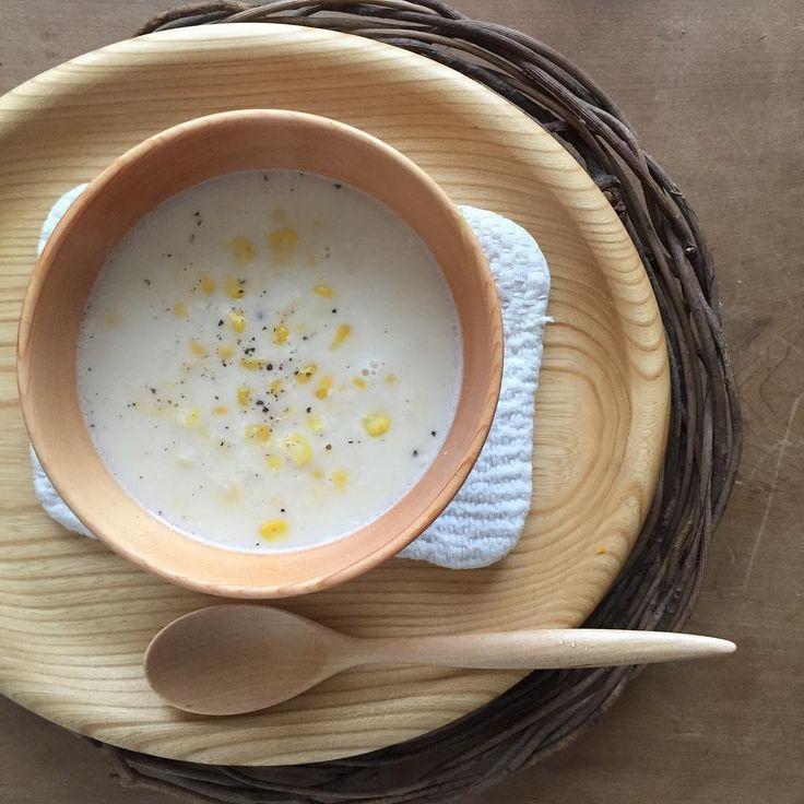 じっくりことこと コーンスープ。  オケクラフト  楕円皿 身長別椀120 カレースプーン小  はーちゃんの刺し子のマットを敷いて。  #オケクラフト#コーンスープ#はーちゃん資料館がんばれ