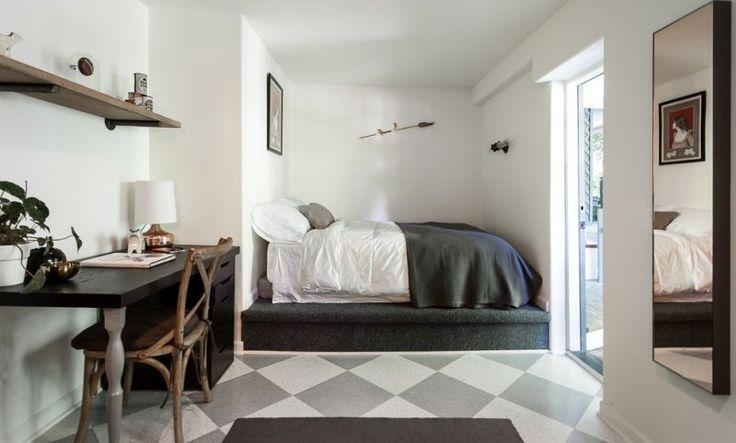 petite chambre à coucher adulte avec lit élevé sur plate-forme