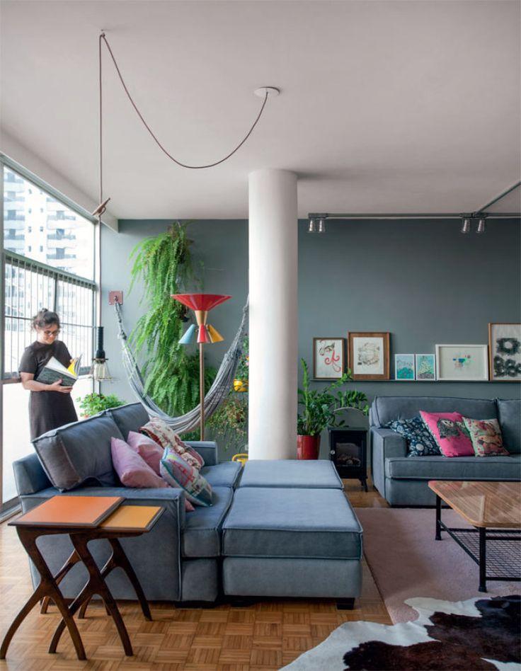 Com rede para leitura, a sala é o local de descanso da dona, a arquiteta Daniela Ferraz. Os sofás da Cecilia Dale receberam tecido do Armazém Paludetto. Almofadas da Coisas da Doris.