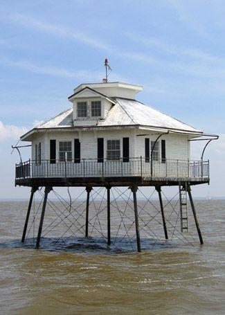 El faro de la bahía de Mobile en Alabama se yergue como una parte de la historia del estado. Es un gran ejemplo de un faro tornillo de pelo, y muy pintoresco Mobile Bay (Middle Bay) Faro, Alabama, en Lighthousefriends.com