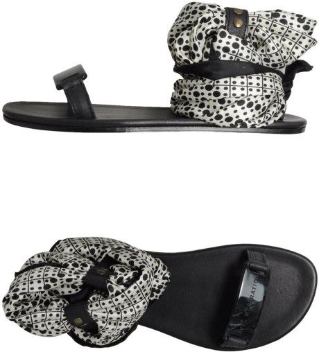 Avec Moderation Sandals in Black