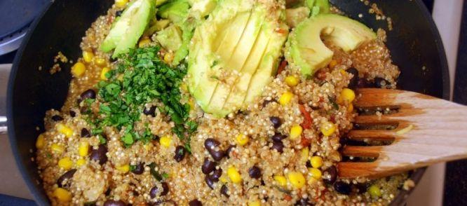 Mexicaanse quinoa  makkelijk eenpansgerecht!  Mexicaanse quinoa met zwarte bonen, mais en avocado. Een waanzinnig lekker gerecht boordevol smaak en gezonde...