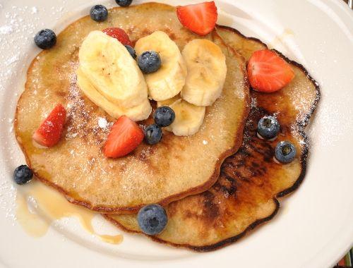 Bananpannkakor. Fluffiga amerikanska tjocka pannkakor med mosad banan i smeten. Goda till frukost eller dessert med skivad banan, bär som jordgubbar och blåbär, lönnsirap