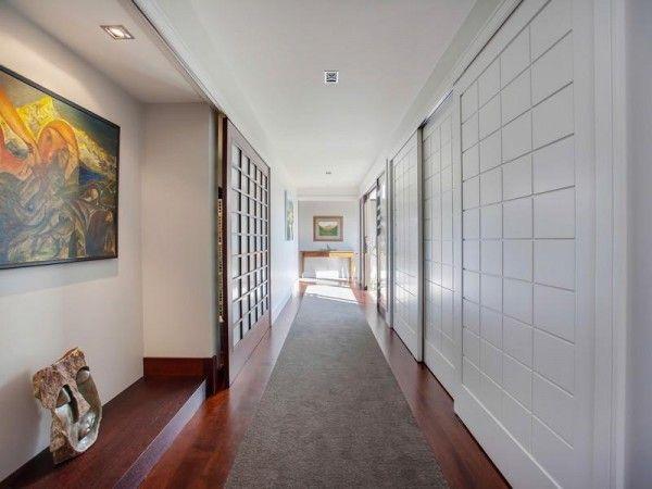 Me gusta el pasillo con puertas corredizas, interesante