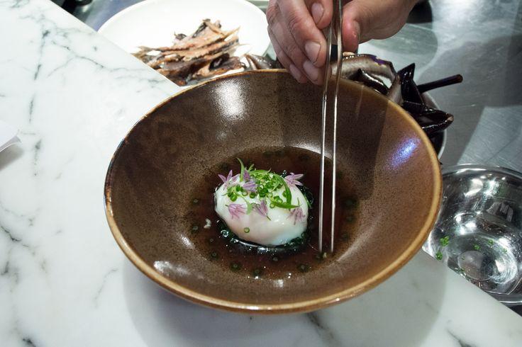 Een gepocheerd eitje met palingbouillon, op een bedje van in palingboter gebakken spinazie