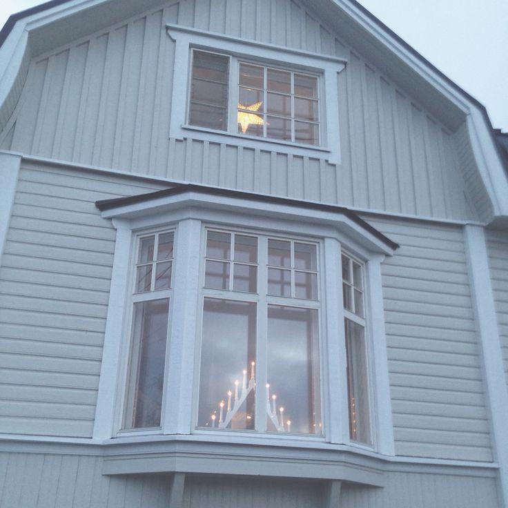 Ett av framsidans fönster
