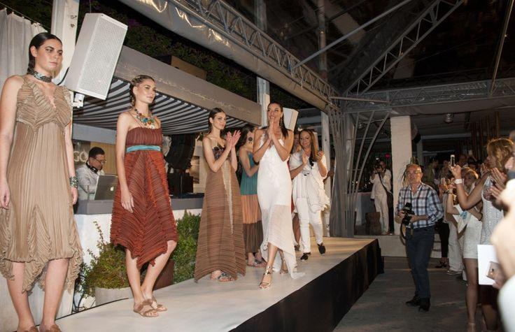 Όσοι παραβρέθηκαν, απόλαυσαν κάτω από τα αστέρια το εξαιρετικό fashion show της ταλαντούχας σχεδιάστριας μόδας Daphne Valente, και τις υπέροχες μουσικές του Island.