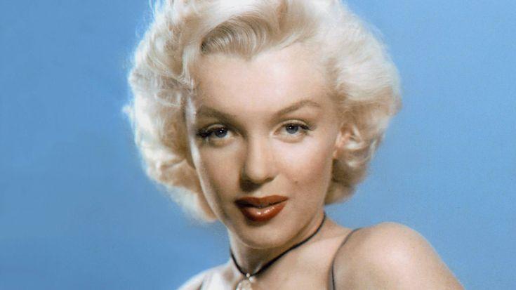 """War Marilyn Monroe eine Blondine?Ihr Künstlername war nicht die einzige Mogelpackung im Leben der Marilyn Monroe: Die als Norma Jean Baker geborene Schauspielerin gilt zwar als Inbegriff der blonden Sexbombe, doch ihre Karriere begann sie noch mit brünetten Locken. Den Filmtitel """"Blondinen bevorzugt"""" nahm sie sich wohl auch persönlich zu Herzen. Das sorgte nicht überall für Bewunderung: Dunkel- und rothaarige Frauen demonstrierten auf dem Zenit von Marylin Monroes Karriere in den USA gegen…"""