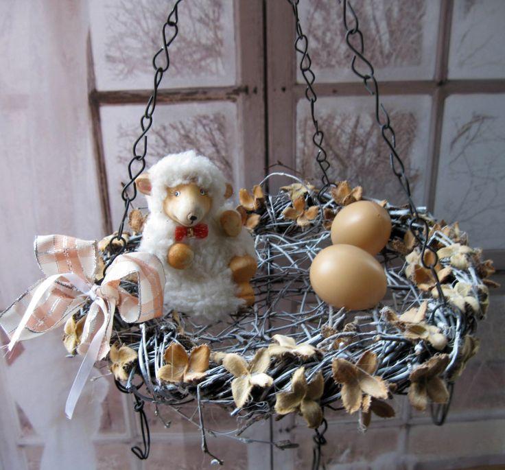 Tentokrát Velikonoce Závěs pro celoroční i sezónní dekorace, čajové svíčky, sušení bylinek, suvenýry z dovolené.... Věneček z břízy, dozdobený bukvicemi, průměr 29 cm, uvnitř drátované dno, zavěšený na řetízkách, pět háčků + velikonoční dekorace, laděno do bílé barvy, délka lze upravit.