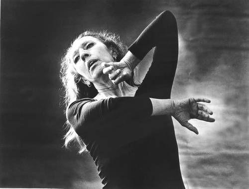 """Guillermina Bravo (1920-2013) estudió en el Conservatorio Nacional de Música y en la Escuela Nacional de Danza; fue parte del Ballet de Bellas Artes y en 1947 fundó, junto con Ana Mérida (1922-1991), la Academia de la Danza Mexicana.  A lo largo de su sólida carrera realizó más de 57 montajes, fue reconocida en numerosas ocasiones con galardones como el """"José Limón"""" y fue primera mujer en recibir el Premio Nacional de Ciencias y Artes, en 1979."""