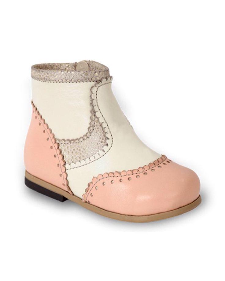 Pudra Deri Yandan Fermuarlı Kız Çocuk Bot 160.00 TL 20-21-22-24-25 numaralar  Bebbini modelleri yüksek kalite hakiki dana/keçi derisi kullanılarak %100 el işçiliği ile üretilmektedir.   Modellerimiz bebek/çocuk ayak anatomisine uygun olarak hazırlanmaktadır.   Ayakkabılarımızın topuk bölümünde kullanılan yumuşak topuk pedi çocukların yumuşak bir zemine basarak ayaklarının rahat etmesini sağlamaktadır.   Ürünlerimizde domuz derisi ya da suni malzeme kesinlikle kullanılmamaktadır…